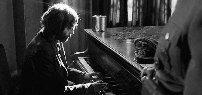 Adrien Brody tocando el piano